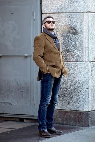 Cómo combinar unos botines chelsea de cuero en marrón oscuro: Usa un blazer de pana marrón y unos vaqueros azul marino para las 8 horas. Opta por un par de botines chelsea de cuero en marrón oscuro para mostrar tu inteligencia sartorial.