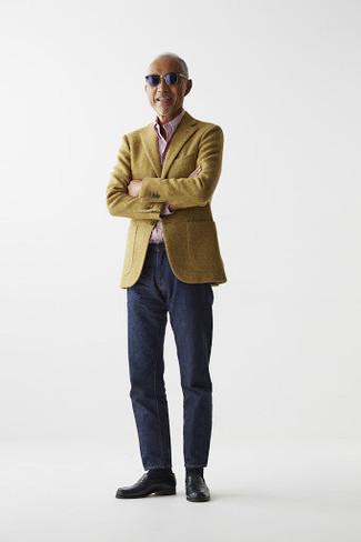 Un blazer de vestir con una camisa de manga larga rosada: Ponte un blazer y una camisa de manga larga rosada para lograr un look de vestir pero no muy formal. ¿Te sientes valiente? Usa un par de mocasín de cuero negro.
