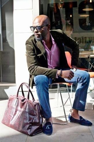 Un blazer de vestir con una camisa de manga larga rosada: Si buscas un estilo adecuado y a la moda, empareja un blazer con una camisa de manga larga rosada. ¿Por qué no ponerse mocasín con borlas de terciopelo azul marino a la combinación para dar una sensación más clásica?