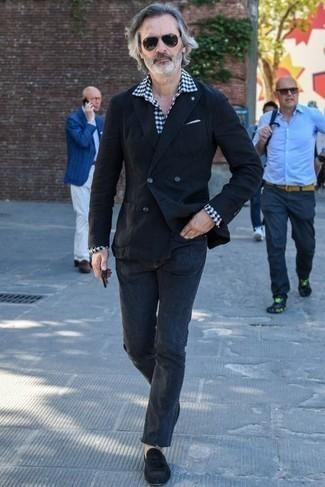 Cómo combinar un blazer negro: Haz de un blazer negro y unos vaqueros en gris oscuro tu atuendo para lograr un look de vestir pero no muy formal. Mocasín con borlas de ante negro proporcionarán una estética clásica al conjunto.
