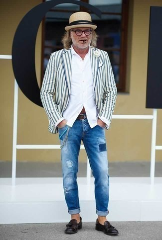 Cómo combinar un blazer de rayas verticales blanco: Elige un blazer de rayas verticales blanco y unos vaqueros desgastados celestes para una vestimenta cómoda que queda muy bien junta. Con el calzado, sé más clásico y elige un par de mocasín con borlas de cuero morado oscuro.