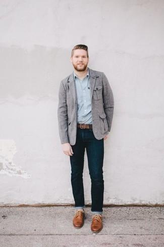 Cómo combinar un blazer gris: Empareja un blazer gris con unos vaqueros azul marino para crear un estilo informal elegante. Usa un par de zapatos brogue de cuero marrón claro para mostrar tu inteligencia sartorial.