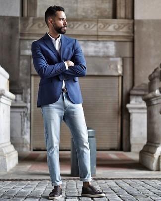 Cómo combinar unos zapatos con doble hebilla de cuero en marrón oscuro: Intenta ponerse un blazer azul y unos vaqueros celestes para después del trabajo. ¿Te sientes valiente? Elige un par de zapatos con doble hebilla de cuero en marrón oscuro.