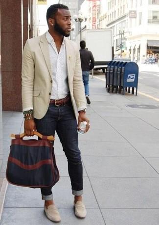 Cómo combinar: blazer en beige, camisa de manga larga a lunares blanca, vaqueros negros, mocasín de ante gris