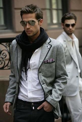 Cómo combinar: blazer de tartán gris, camisa de manga larga blanca, vaqueros negros, bufanda negra