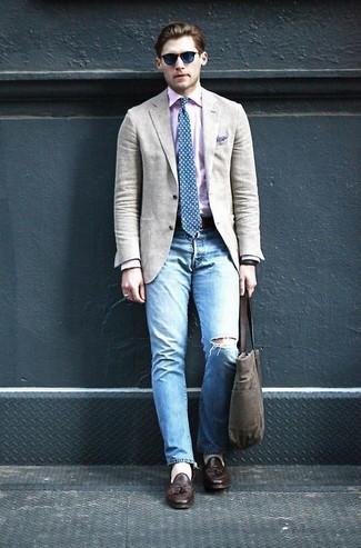 Cómo combinar: blazer en beige, camisa de manga larga rosada, vaqueros desgastados celestes, mocasín con borlas de cuero en marrón oscuro