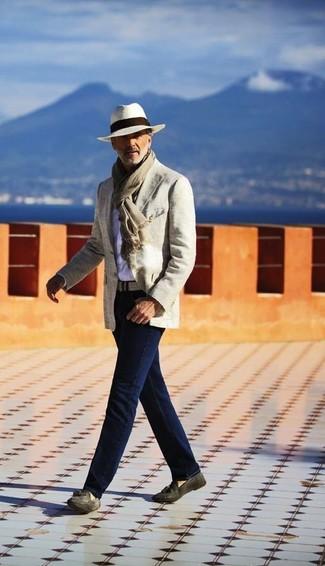 Cómo combinar: blazer de algodón en beige, camisa de manga larga blanca, vaqueros azul marino, mocasín con borlas de ante en gris oscuro
