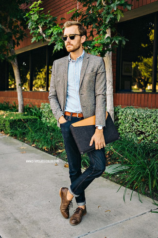 Cómo combinar: blazer de lana gris, camisa de manga larga de rayas verticales celeste, vaqueros azul marino, zapatos oxford de cuero en marrón oscuro