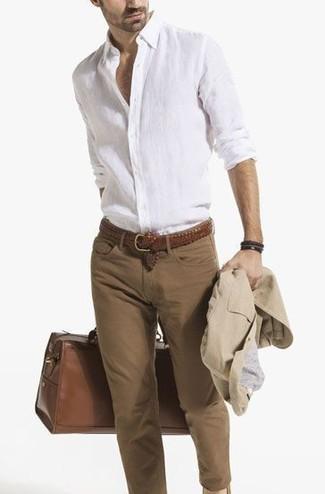 Cómo combinar: blazer de algodón en beige, camisa de manga larga de lino blanca, vaqueros pitillo marrónes, bolso baúl de cuero marrón