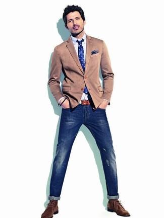 Cómo combinar: blazer de algodón marrón, camisa de manga larga celeste, vaqueros pitillo desgastados azul marino, botas safari de ante en marrón oscuro
