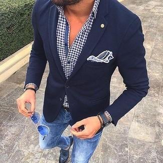 Para un atuendo que esté lleno de caracter y personalidad empareja un blazer de lana azul marino junto a unos vaqueros pitillo azules. Luce este conjunto con zapatos con doble hebilla de cuero negros.