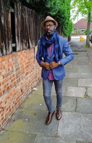 Cómo combinar: blazer azul, camisa de manga larga a cuadros rosa, vaqueros pitillo azul marino, zapatos oxford de cuero marrónes