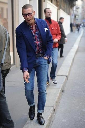 Cómo combinar: blazer azul, camisa de manga larga de tartán en rojo y azul marino, vaqueros pitillo azules, mocasín de cuero negro