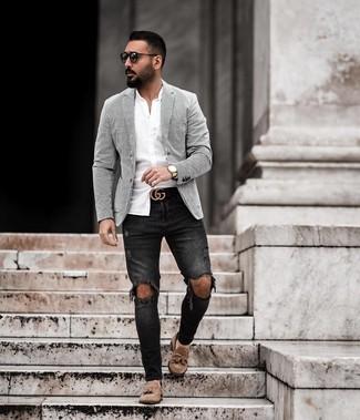 Cómo combinar: blazer de rayas verticales en blanco y negro, camisa de manga larga blanca, vaqueros pitillo desgastados negros, mocasín con borlas de ante marrón