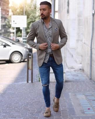 Look de moda: Blazer en beige, Camisa de manga larga con print de flores en blanco y azul marino, Vaqueros pitillo desgastados azules, Mocasín con borlas de ante marrón claro