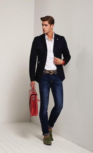 Cómo combinar: blazer azul marino, camisa de manga larga blanca, vaqueros pitillo azul marino, mocasín con borlas de ante verde oliva