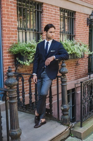Cómo combinar una corbata de punto azul marino: Emparejar un blazer azul marino junto a una corbata de punto azul marino es una opción estupenda para una apariencia clásica y refinada. Completa el look con botas formales de ante en gris oscuro.