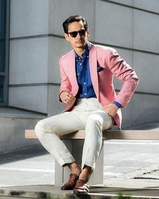 Cómo combinar un blazer rosado: Ponte un blazer rosado y una camisa de vestir blanca para rebosar clase y sofisticación. Mocasín de cuero сon flecos marrón son una opción buena para complementar tu atuendo.