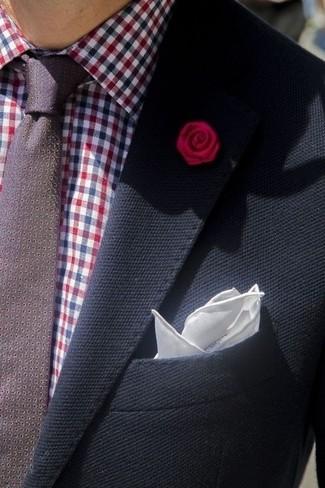 Cómo combinar: blazer azul marino, camisa de vestir de cuadro vichy burdeos, corbata a lunares burdeos, pañuelo de bolsillo de seda blanco
