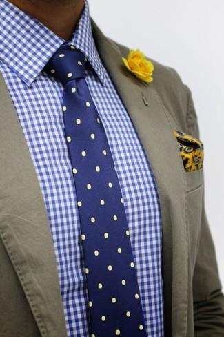 Cómo combinar: blazer de algodón verde oliva, camisa de vestir de cuadro vichy en blanco y azul, corbata a lunares azul marino, pañuelo de bolsillo de paisley en amarillo verdoso