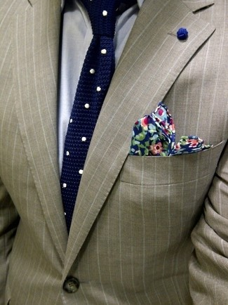Cómo combinar un blazer de rayas verticales en beige: Equípate un blazer de rayas verticales en beige junto a una camisa de vestir gris para un perfil clásico y refinado.