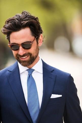 Cómo combinar: blazer azul marino, camisa de vestir blanca, corbata a lunares azul, pañuelo de bolsillo blanco