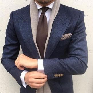 Cómo combinar un pañuelo de bolsillo de seda en tabaco: Haz de un blazer de lana azul marino y un pañuelo de bolsillo de seda en tabaco tu atuendo transmitirán una vibra libre y relajada.
