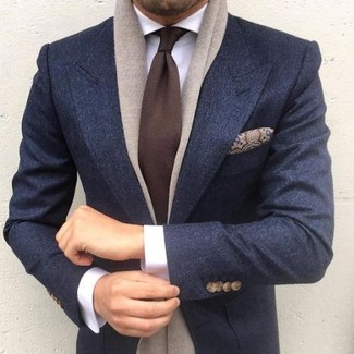 Cómo combinar: blazer de lana azul marino, camisa de vestir blanca, corbata en marrón oscuro, pañuelo de bolsillo de seda de paisley marrón