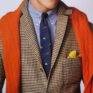 Cómo combinar: blazer de pata de gallo marrón, camisa de vestir de tartán en blanco y azul marino, corbata estampada azul marino, pañuelo de bolsillo amarillo