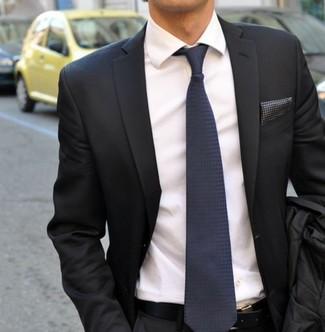 Cómo combinar: blazer en gris oscuro, camisa de vestir blanca, corbata de seda azul marino, pañuelo de bolsillo a lunares en gris oscuro