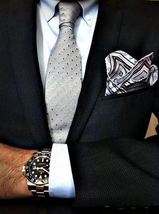 Cómo combinar: blazer negro, camisa de vestir blanca, corbata a lunares gris, pañuelo de bolsillo estampado gris