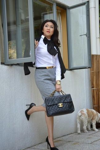Cómo combinar: blazer negro, camisa de vestir blanca, falda lápiz gris, zapatos de tacón de cuero negros