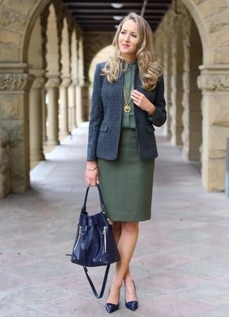 Cómo combinar: blazer de lana a cuadros azul marino, camisa de vestir verde oscuro, falda lápiz verde oscuro, zapatos de tacón de cuero azul marino