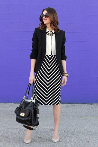 Cómo combinar: blazer negro, camisa de vestir en blanco y negro, falda lápiz en zig zag en negro y blanco, zapatos de tacón de cuero blancos