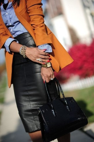 Cómo combinar un blazer naranja: Usa un blazer naranja y una falda midi de cuero negra para conseguir una apariencia relajada pero chic.