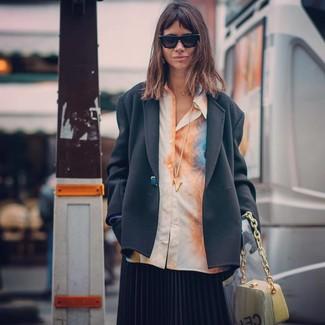 Cómo combinar: blazer negro, camisa de vestir efecto teñido anudado naranja, falda midi plisada negra, cartera de cuero amarilla