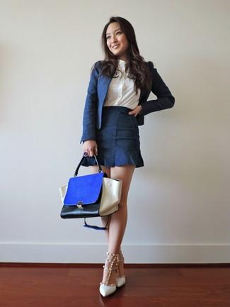 Cómo combinar: blazer azul marino, camisa de vestir blanca, minifalda vaquera azul marino, zapatos de tacón de cuero con tachuelas blancos