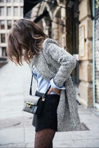 Elige un blazer de lana gris y una minifalda negra para lidiar sin esfuerzo con lo que sea que te traiga el día.