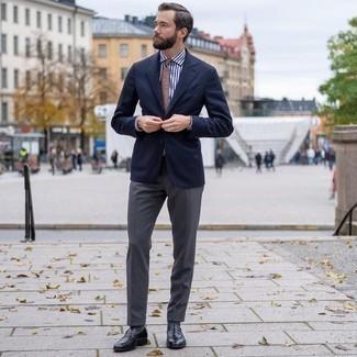 Cómo combinar una corbata estampada marrón claro: Accede a un refinado y elegante estilo con un blazer azul marino y una corbata estampada marrón claro. Mocasín de cuero negro son una opción atractiva para complementar tu atuendo.