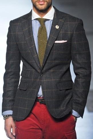 Cómo combinar: blazer de lana a cuadros en gris oscuro, camisa de vestir de rayas verticales celeste, pantalón cargo rojo, corbata de lana verde oliva