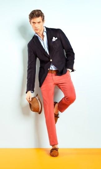 Cómo combinar: blazer negro, camisa de vestir celeste, pantalón chino rojo, náuticos de ante en tabaco