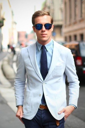 Look de moda: Blazer blanco, Camisa de vestir celeste, Pantalón chino azul marino, Corbata de punto azul marino