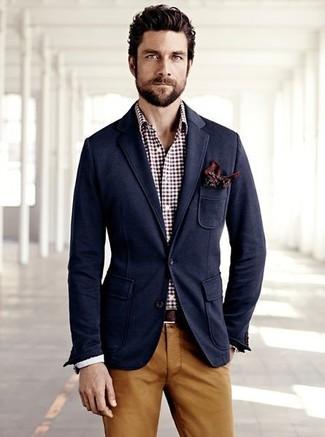 Cómo combinar: blazer azul marino, camisa de vestir de cuadro vichy burdeos, pantalón chino en tabaco, pañuelo de bolsillo estampado marrón