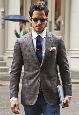 Cómo combinar: blazer gris, camisa de vestir en violeta, pantalón chino azul marino, corbata de punto azul marino