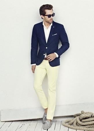 Cómo combinar: blazer azul marino, camisa de vestir blanca, pantalón chino amarillo, náuticos de cuero grises
