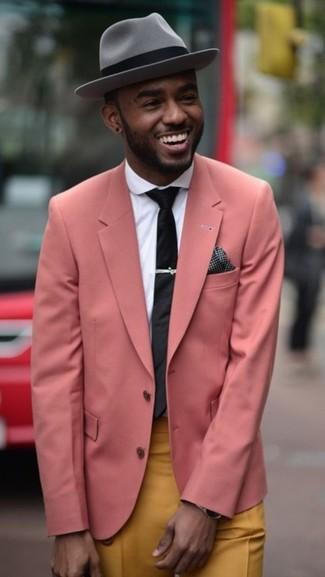 Destaca entre otros civiles elegantes con un blazer rosado y un pantalón chino mostaza.