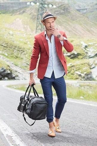 Cómo combinar: blazer rojo, camisa de vestir celeste, pantalón chino azul, mocasín con borlas de cuero marrón claro
