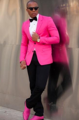 Opta por un blazer rosa y un pantalón chino negro para las 8 horas. Zapatos oxford de cuero rosa dan un toque chic al instante incluso al look más informal.