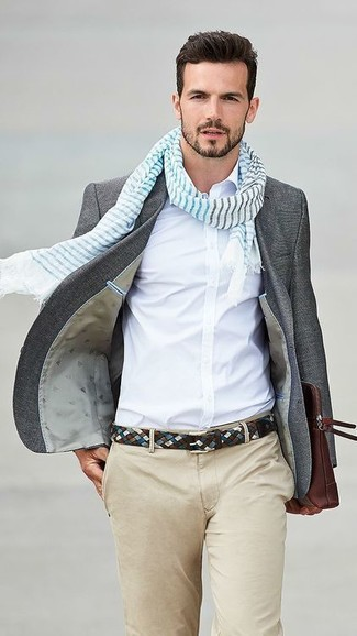 Cómo combinar: blazer de lana en gris oscuro, camisa de vestir blanca, pantalón chino en beige, bolso con cremallera de cuero en marrón oscuro