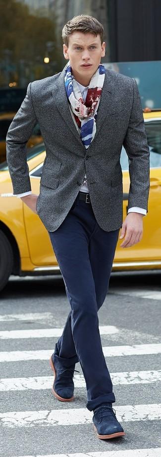 Cómo combinar: blazer de lana gris, camisa de vestir blanca, pantalón chino azul marino, botas safari de ante azul marino